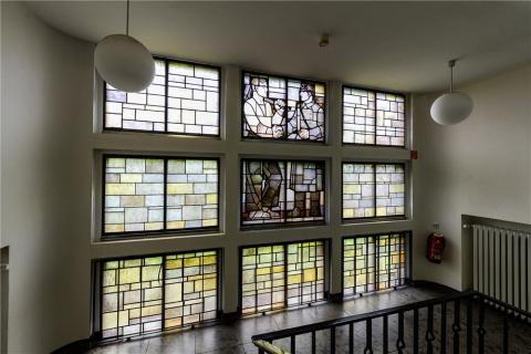 Lottner, Peter: Buntglasfenster im Treppenhaus des Polizeipräsidiums - unteres Stockwerk, Zustand: 2017; Foto: Kunstmuseum Mülheim an der Ruhr 2017.