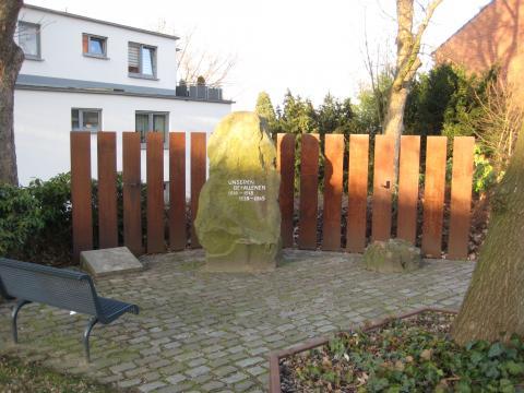 Gedenkstein für Gefallene der beiden Weltkriege/ links: Gedenkstein für die Gefallenen der Bundeswehr; Foto: Kunstmuseum Mülheim an der Ruhr 2017.