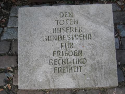 Detail: Gedenkstein für die Gefallenen der Bundeswehr; Foto: Kunstmuseum Mülheim an der Ruhr 2017.