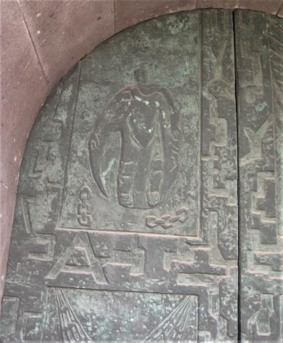 Unger, Rika: Voll-Relief der Eingangstür an der evang. Petri-Kirche, Weisteingang, oberer Teil; Foto: Kunstmuseum Mülheim an der Ruhr 2016.