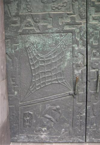 Unger, Rika: Voll-Relief der Eingangstür an der evang. Petri-Kirche, Weisteingang, unterer Teil; Foto: Kunstmuseum Mülheim an der Ruhr 2016.