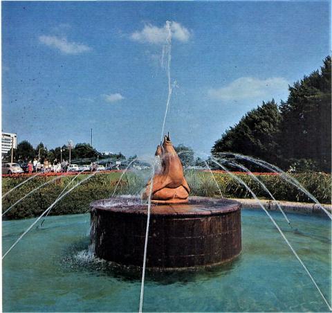 Brunnen mit wasserspeienden Robben am Mülheimer Wasserbahnhof; Foto: Mülheimer Jahrbuch 1972.