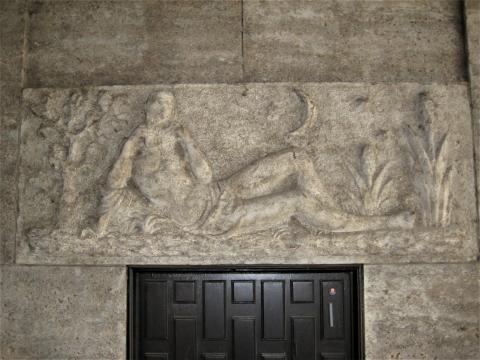Binz, Hermann: Supraporten-Relief, Männlicher Akt mit Panflöte, Foto: Kunstmuseum Mülheim an der Ruhr 2017.