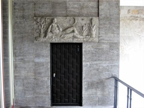 Binz, Hermann: Supraporten-Relief, Männlicher Akt mit Panflöte, Gesamtansicht mit Tür, Foto: Kunstmuseum Mülheim an der Ruhr 2017.