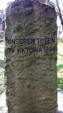Gedenkstein für die Toten des TV Viktoria 1898; Foto: Kunstmuseum Mülheim an der Ruhr 2017.