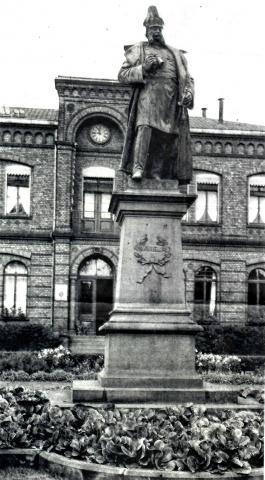 Dopmeyer, Carl: Standbild für Kaiser Wilhelm I., 1895, ehemals vor dem Bürgermeisteramt in Heißen; Foto: unbekannt.