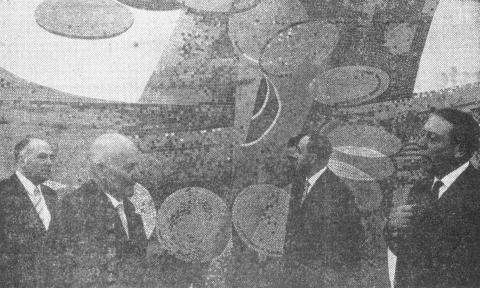Dahler, Gustav: Geldumlauf (Relief in Außenstelle der Sparkasse Mülheim an der Ruhr, Rosenkamp), Foto: Ruhr-Nachrichten (16.12.1965).vorne rechts: Gustav Dahler; vorne links: Oberbürgermeister Heinrich Thöne; hinten rechts: Assessor Kroker von der Kreishandwerkerschaft.