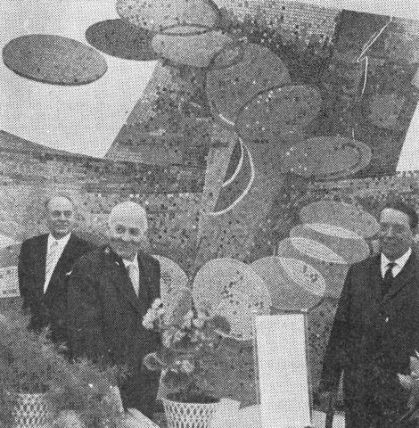Dahler, Gustav: Geldumlauf (Relief in Außenstelle der Sparkasse Mülheim an der Ruhr, Rosenkamp), Foto: WAZ/ Fritz Brinkmann (16.12.1965).hinten links: Oberstadtdirektor Heiderhoff (?), vorne links: Oberbürgermeister Thönes, vorne rechts: Gustav Dahler