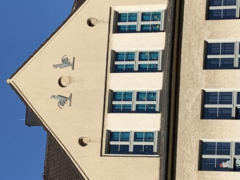 Janssen, Ulfert: Fassadenreliefs an Klostermarktschule - Detail Giebel; Foto: Kunstmuseum Mülheim an der Ruhr 2019.