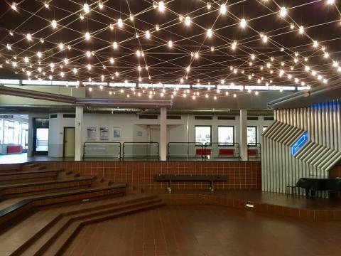 Müllenholz, Leo: Lichtinstallation in Schulatrium, Foto: Kunstmuseum Mülheim an der Ruhr 2019.