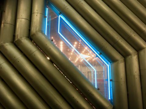 Müllenholz, Leo: Lichtinstallation in Schulatrium, Detail, Foto: Kunstmuseum Mülheim an der Ruhr 2019.
