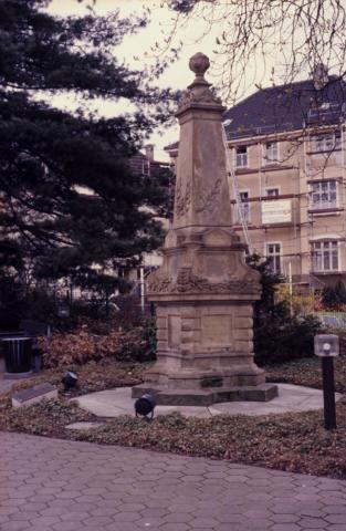 Schneider, P.: Grabstein/ Denkmal für Mülheimer Pfarrer; Foto: Kunstmuseum Mülheim an der Ruhr, vor 2001 (digitalisiertes Fotos ).