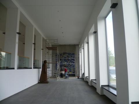 Siepmann, Heinrich: Spiralnebel - während der Restaurierungsarbeiten: Wiederanbringung am neuen Standort durch die Glaswerkstätten Derix; Foto: Kunstmuseum Mülheim an der Ruhr 2013.