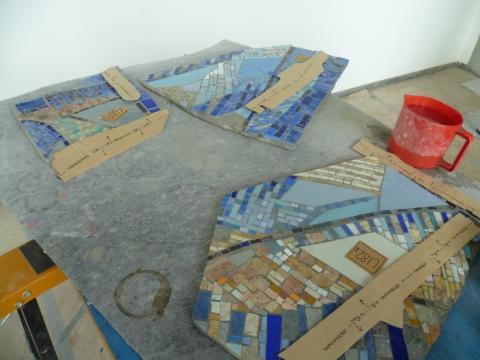 Siepmann, Heinrich: Spiralnebel - während der Restaurierungsarbeiten in den Glaswerkstätten Derix, Detail der Mosaikfragmente; Foto: Kunstmuseum Mülheim an der Ruhr 2013.