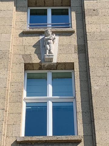 Janssen, Ulfert: Bauplastik an ehem. Stadtbad: 3. v. l.: Knabe mit Wasservogel; Foto: Kunstmuseum Mülheim an der Ruhr 2020.