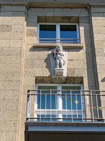 Janssen, Ulfert: Bauplastik an ehem. Stadtbad: 4. v. l.: Knabe mit Netz (?); Foto: Kunstmuseum Mülheim an der Ruhr 2020.