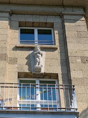 Janssen, Ulfert: Bauplastik an ehem. Stadtbad: 5. v. l.: Knabe mit Schwamm; Foto: Kunstmuseum Mülheim an der Ruhr 2020.