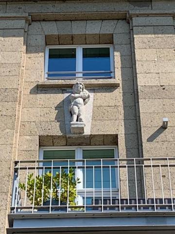 Janssen, Ulfert: Bauplastik an ehem. Stadtbad: ganz links: Knabe mit Muschel; Foto: Kunstmuseum Mülheim an der Ruhr 2020.