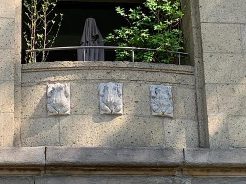 Janssen, Ulfert: Bauplastik an ehem. Stadtbad: Kröten; Foto: Kunstmuseum Mülheim an der Ruhr 2020.