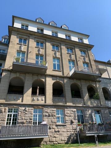 Janssen, Ulfert: Bauplastik an ehem. Stadtbad (Gesamtansicht der Fassade zur Ruhrseite); Foto: Kunstmuseum Mülheim an der Ruhr 2020.