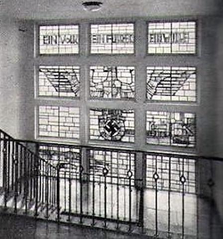 Lottner, Peter: Buntglasfenster im Treppenhaus des Polizeipräsidiums, Zustand: 1937; Foto: Zentralblatt der Bauverwaltung (ZdB), 1938, S. 896.