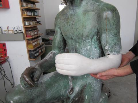 """Lickfeld, Hermann: Bogenschütze während der Restaurierungsarbeiten im Restaurierungsatelier """"Die Schmiede"""" in Duisburg; Foto: Kunstmuseum Mülheim an der Ruhr 2012."""