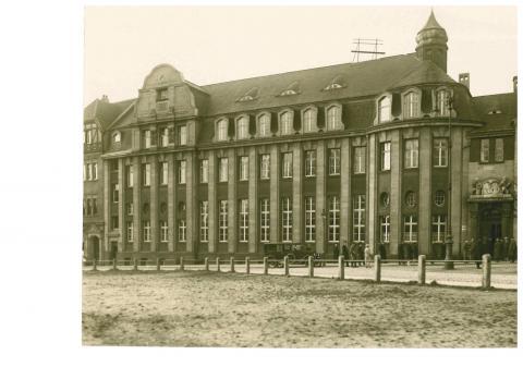 Janssen, Ulfert: Gesamtansicht der Sparkasse mit Viktoriaplatz (um 1920 ?), Foto: Stadtarchiv Mülheim an der Ruhr.