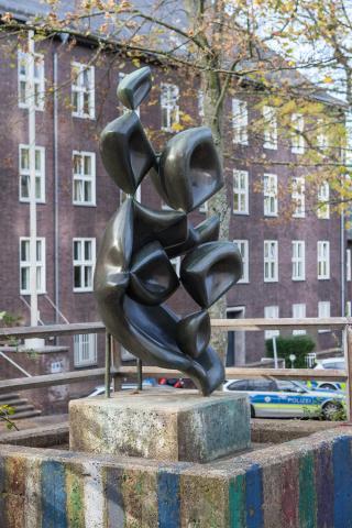 Barta, Lajos: Skulptur auf dem Schulhof der Otto-Pankok-Schule, Gesamtansicht, Foto: Kunstmuseum Mülheim an der Ruhr/ Ralf Raßloff 2019.