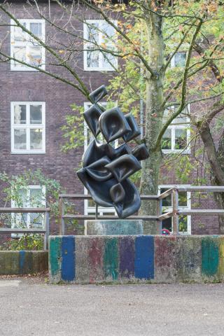 Barta, Lajos: Skulptur auf dem Schulhof der Otto-Pankok-Schule, Foto: Kunstmuseum Mülheim an der Ruhr/ Ralf Raßloff 2019.