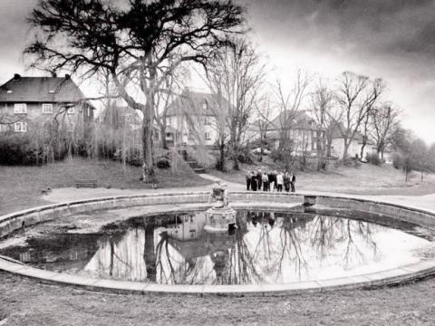 Deus, Willi: Brunnen (Junge mit Schwan); Foto: unbekannt.